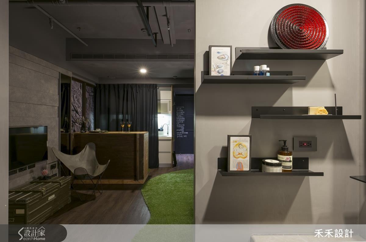 衛浴外側洗手台與客廳之間的短牆,裝設幾道鐵件隔板之後,無聊的牆面頓時有了設計感,也增添了使用機能。
