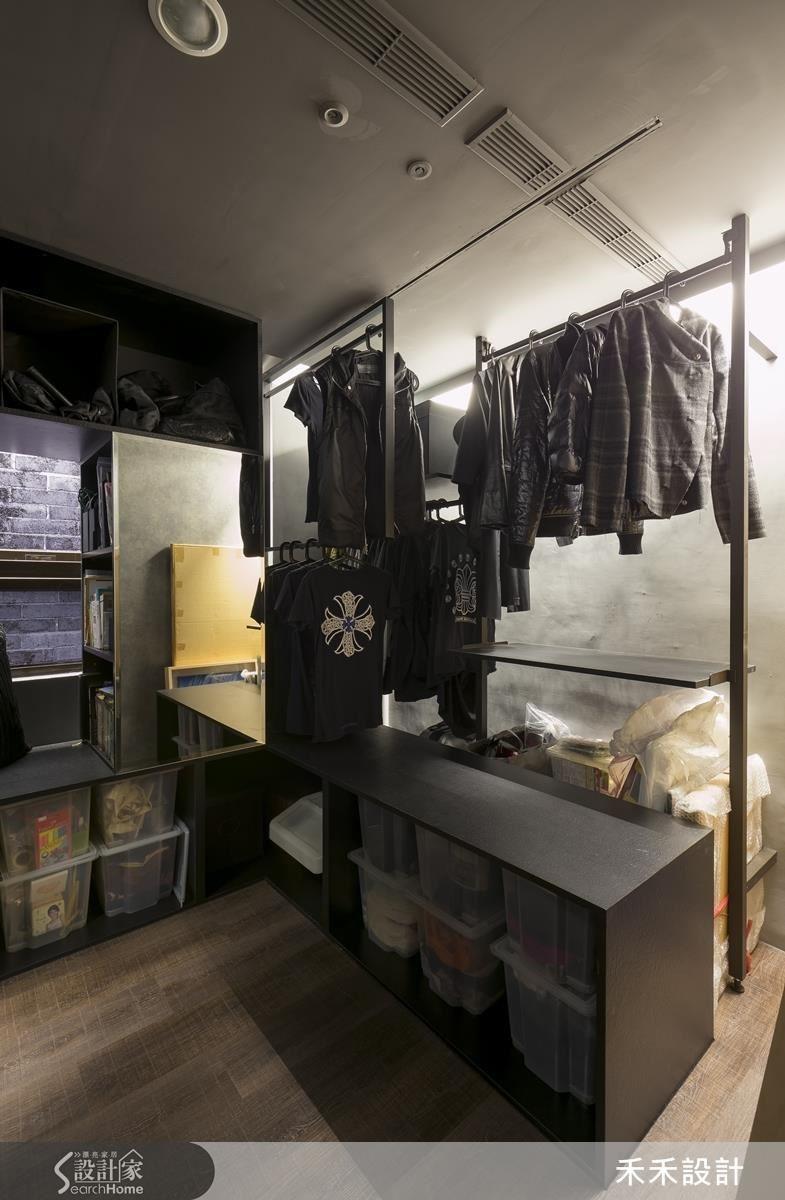 右排的「衣櫃」上半部為前後兩排吊衣桿。位於矮櫃上方的前排衣桿可順著滑軌移開,讓整個矮櫃變成窗邊臥榻。