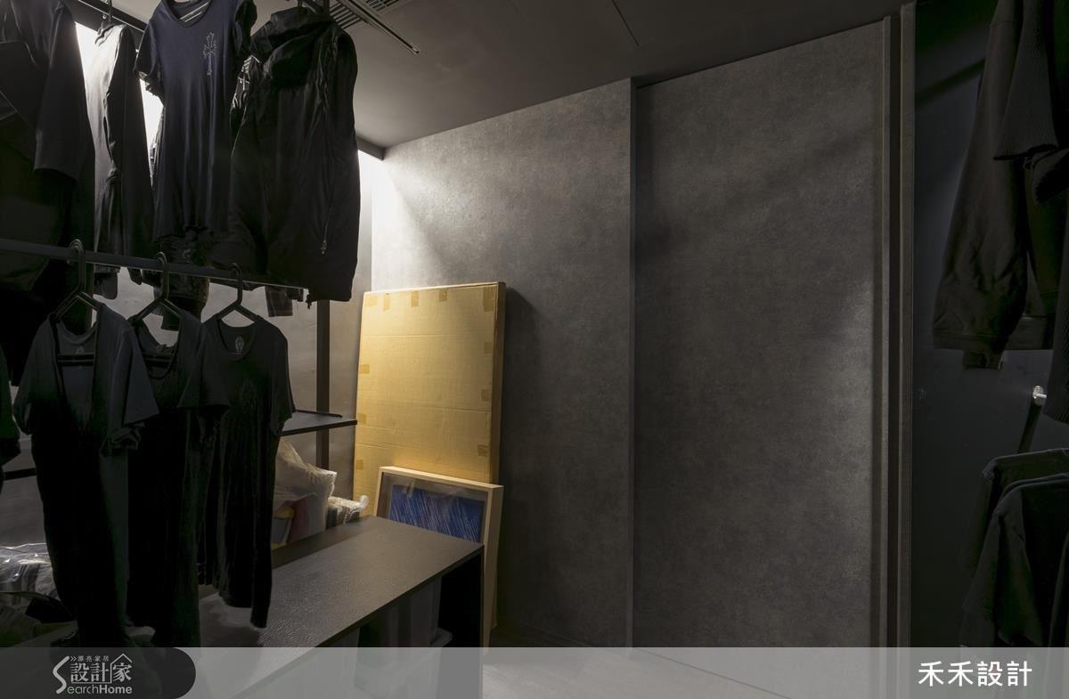 更衣室闢出一角,用來存放屋主收藏的藝術作品。