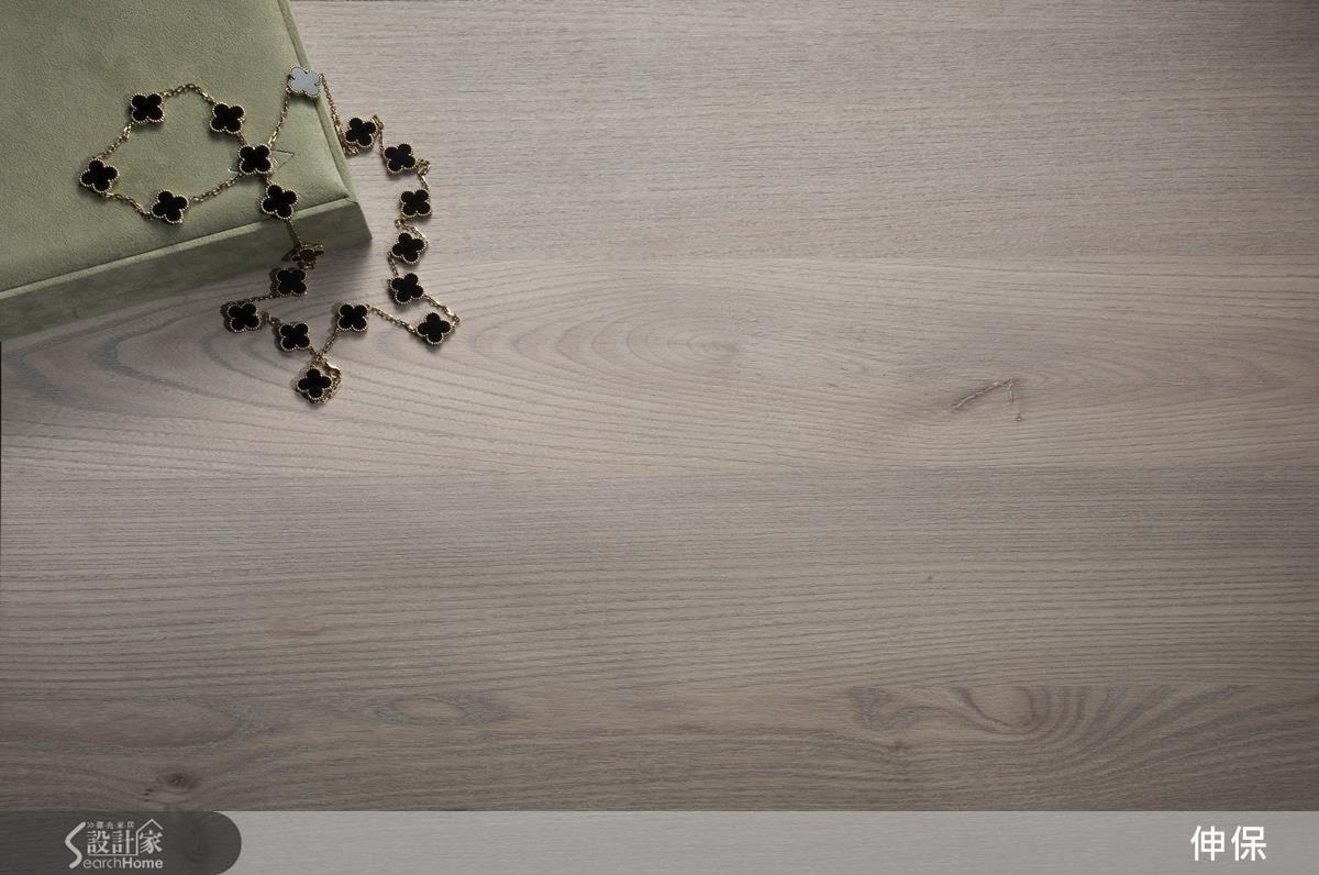 553白松木紋廣泛運用於天地壁,色調上素雅、質樸且細膩,探求單純、潔淨的「我」空間。