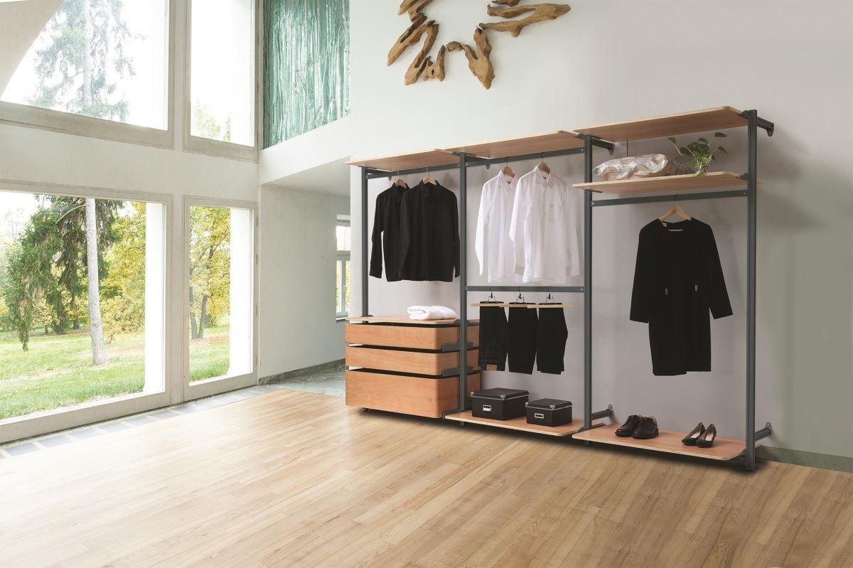頂茂家居更衣間系列就算室內高度近五米也能遊刃有餘,橫向的延展則不受限,層架、吊桿、拉抽的排列組合更是隨心所欲。