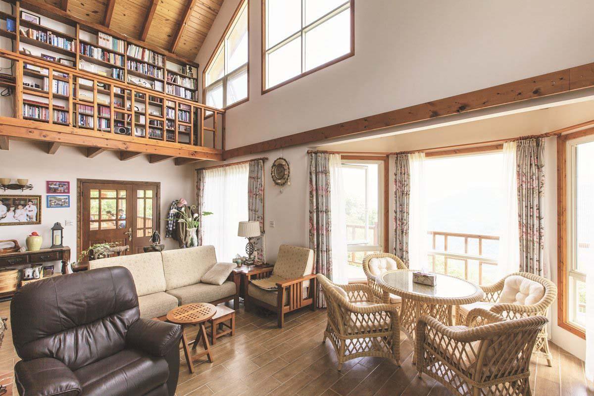 客廳範圍不大,但因為挑高顯得相當開闊,特別突出的八角陽光屋充滿美式休閒風格。攝影_葉勇宏