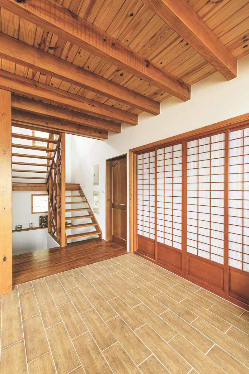 顧慮家中養狗以及山中濕氣較重,地板採用的是木紋磚,既有木頭的溫暖感覺,又方便清潔。攝影_葉勇宏
