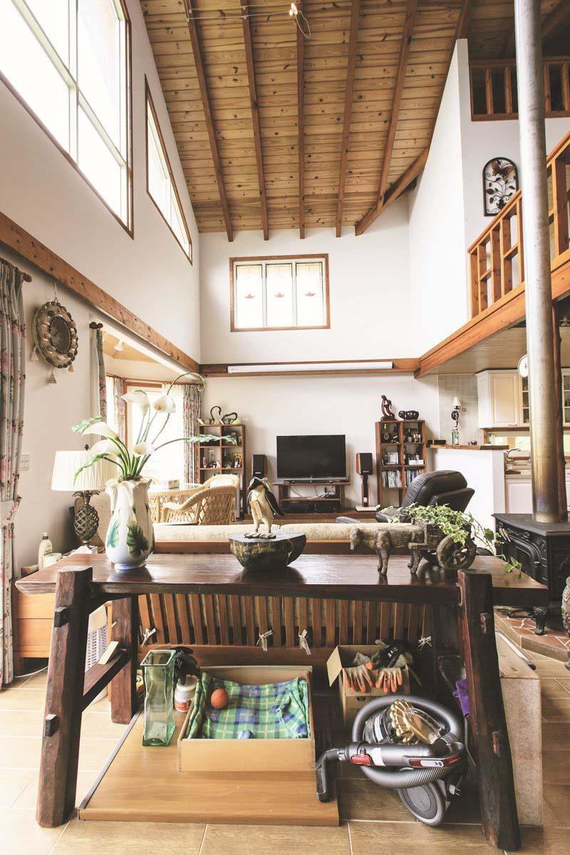 造價 3 萬多元的彩色鑲嵌玻璃,為偌大的客廳帶來光影遊戲,屋頂是9×18.5公分的實木樑+厚達3.5公分的松木企口樓板,直接鋪上瀝青防水氈布加上複層礫石瓦而成。攝影_葉勇宏