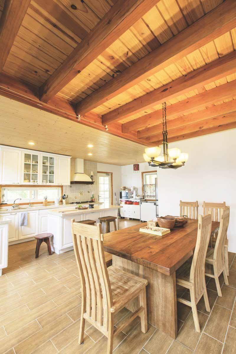 白色調美式鄉村風的廚房讓女主人相當滿意,尤其中島更成為做麵食的工作檯,由於收納功能齊全,不會造成視覺雜亂。攝影_葉勇宏