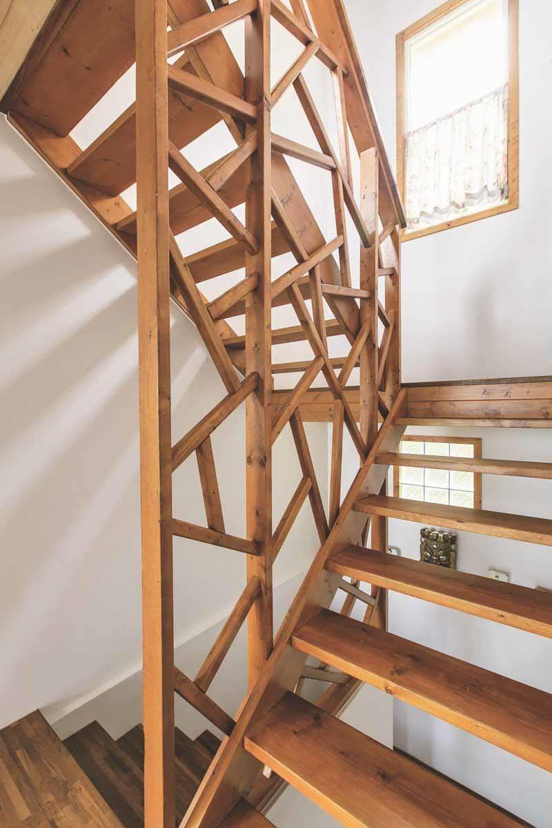 通往地下室的樓梯安全柵欄是主人臨時起意,請木工師傅做出不規則線條,安全又別具美感。攝影_葉勇宏