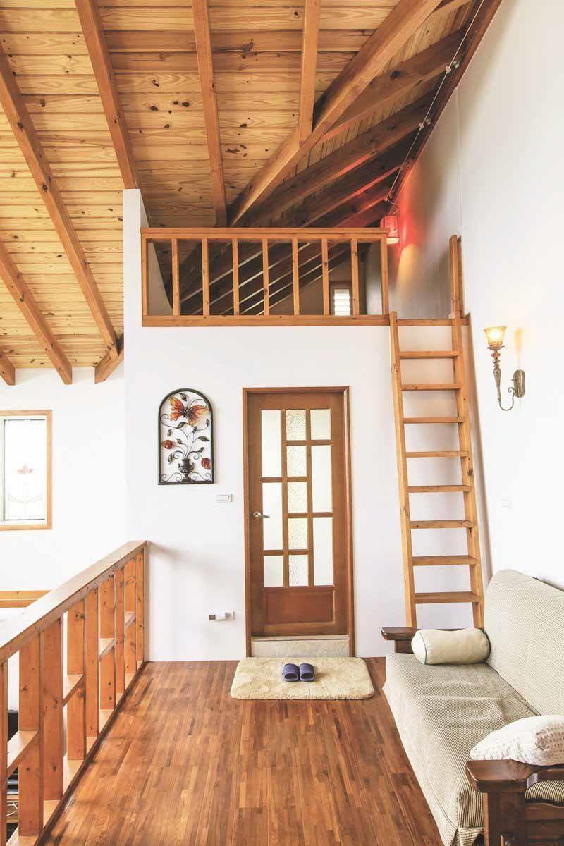 利用浴室上方空間隔出小閣樓,用途多元化,與主臥之間的穿堂還有小沙發當起居空間。攝影_葉勇宏