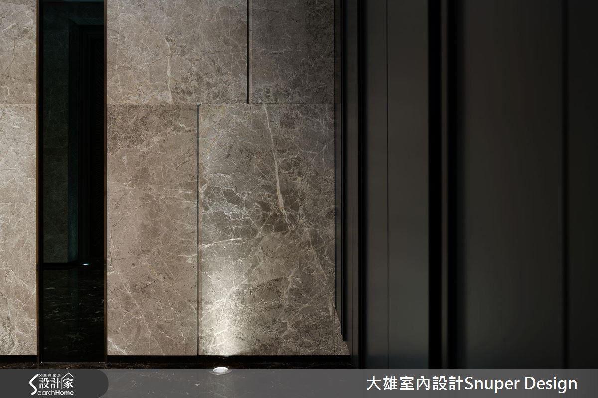 從玄關處,以大理石材與光線,呈現飯店大廳質感。