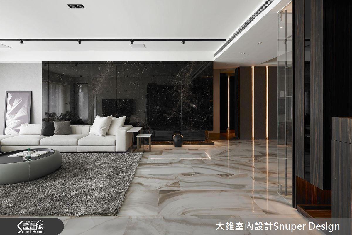 客廳處,沙發背牆運用雙材質搭接設計,使牆面在視覺上延伸寬度,同時將公領域比例變得更加開闊。