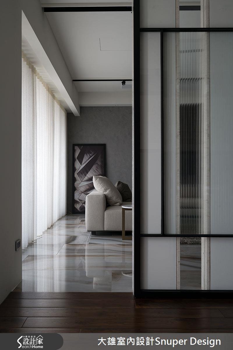書房空間的大面窗景,以玻璃拉門設計,延伸至客廳區域,讓視覺無盡延展。