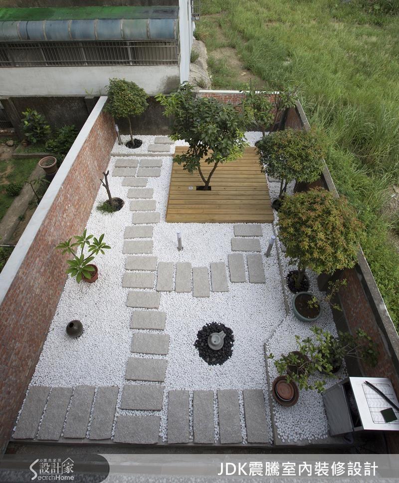 超過 30 年的透天厝擁有令人稱羨的寬廣後院,以日式庭園造景概念,利用白色小碎石取代硬梆梆的水泥或柏油,再鋪上一塊塊灰色人行磚,沉靜的氛圍令人放鬆,無論主人或客人都可以在此漫步,讓緊繃的精神得到紓緩。