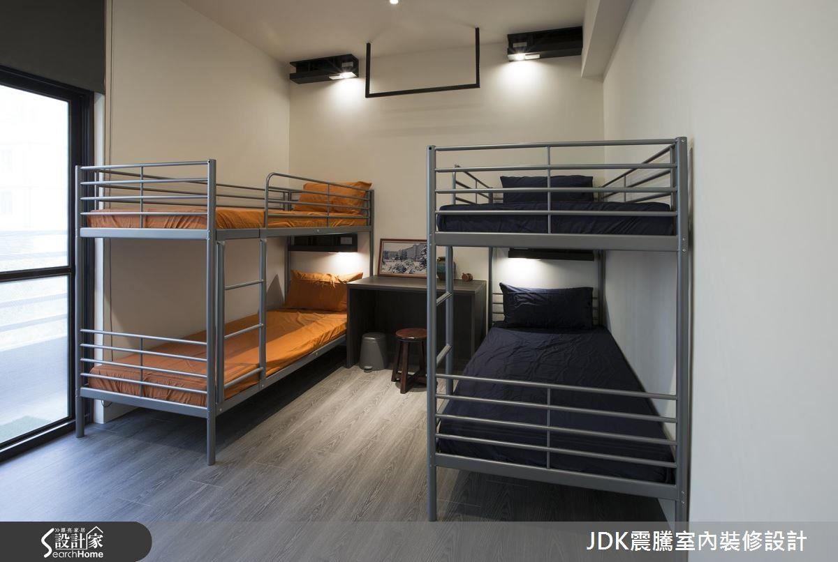 有時訪客是一家子來訪,充足的睡眠空間是必要的。於是採取上下舖的概念,再往上一層樓又有大通鋪,全部鋪設木地板的設計,帶給訪客像在家一般溫馨又舒服的放鬆感。床位都各自設有私人置物櫃及個人光源,靈感來自飛機上的閱讀燈設計,明亮又貼心;而天花板上特別釘製吊衣桿,相當貼心。
