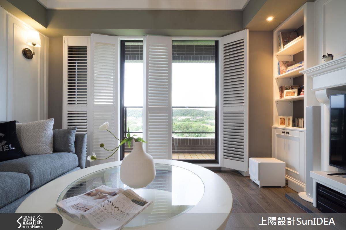 透過仿壁爐電視牆、百葉窗承襲經典,再植入俐落隨興的框架流線,演繹獨特氣質。
