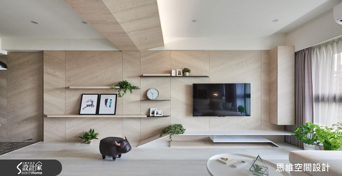 玄關牆、電視牆、部分天花板,在栓木的鋪陳下,讓空間佈滿清新又溫暖的味道。