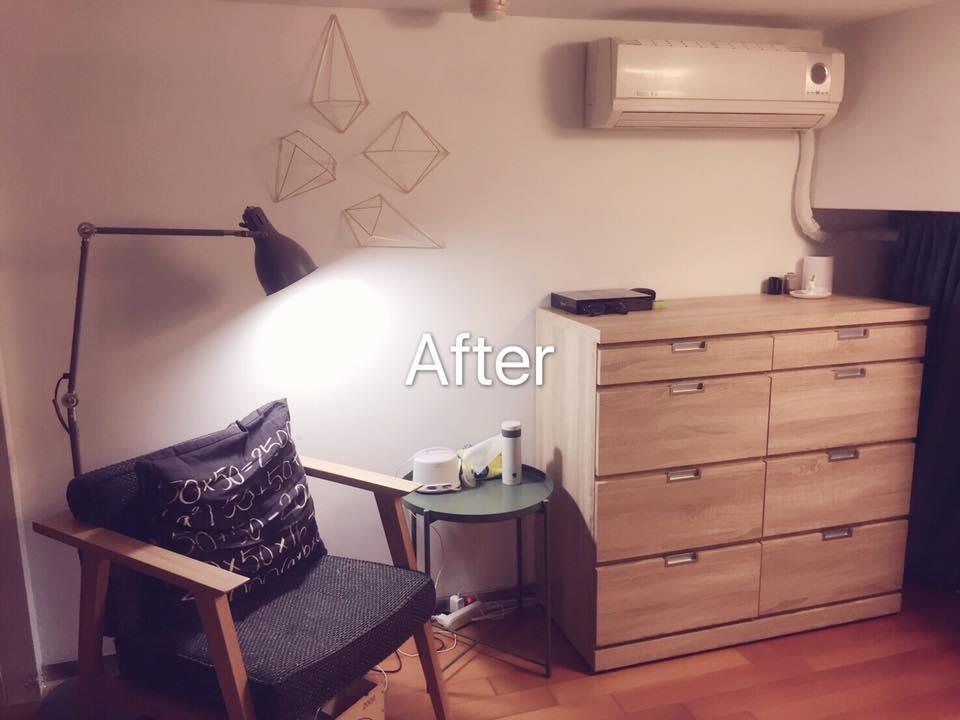 在 HOLA 選購造型壁飾,為純白主牆增添層次,佐以 IKEA選購的立燈、單椅與桌几,在精準控制預算的情況下,打造富有情調的小角落!圖片提供_居家收納Mr.許