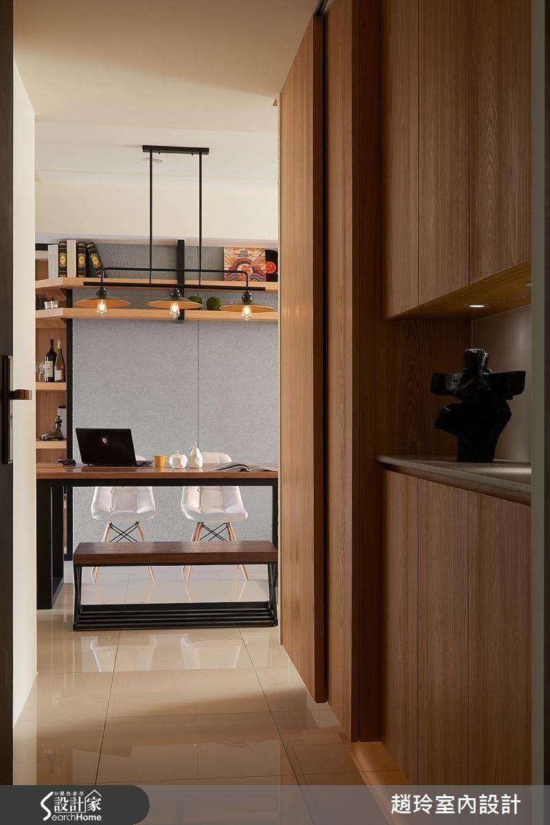 進門玄關有充足的置物、展示櫃,可做為餐桌也能當工作區用的大桌,是居家的中心。