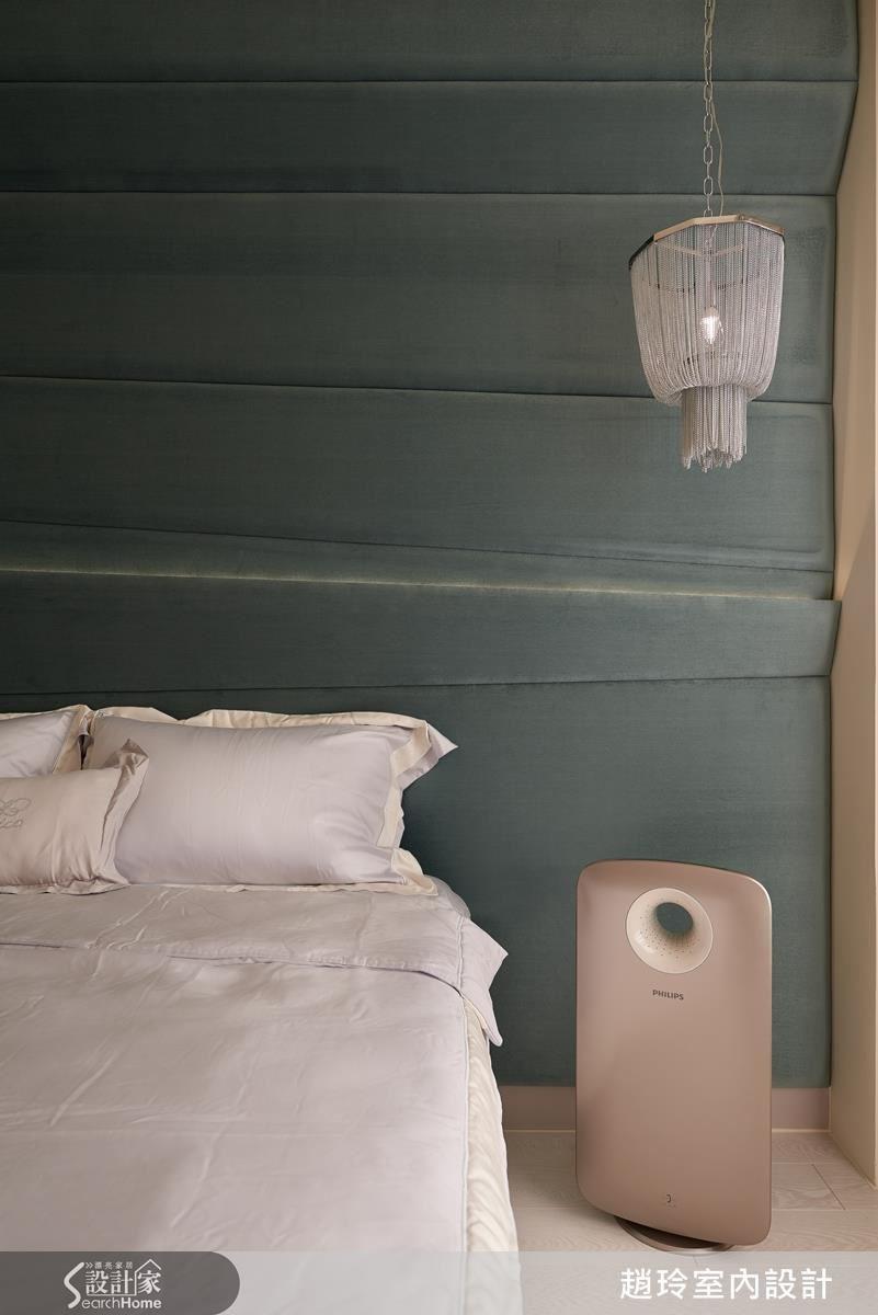 不規則繃布摺疊出線條美感,沿著牆面、包覆住樑體,展現工班師傅的功力深厚。燈照下又有陰影層次的變化。