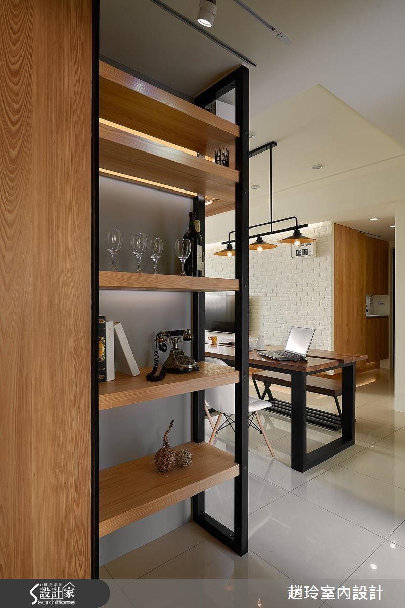 延續木桌使用的語彙,廊道與廚房的門,以時尚鐵件勾勒出溫潤的木質感。