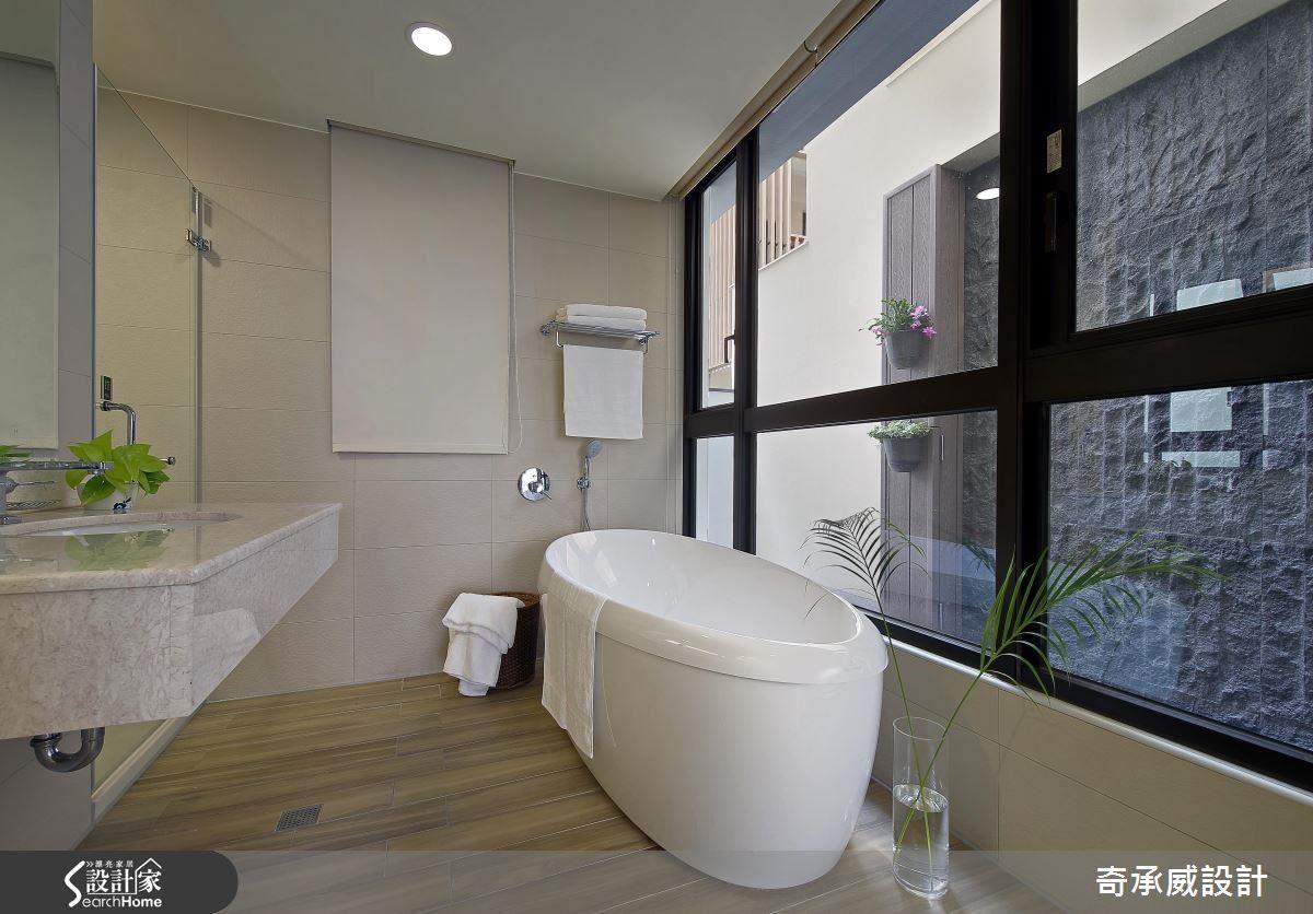 要有度假感,浴廁也是重點。主浴主要景觀,由設計師設計好平台,讓每天的日光在石牆上自由揮灑。