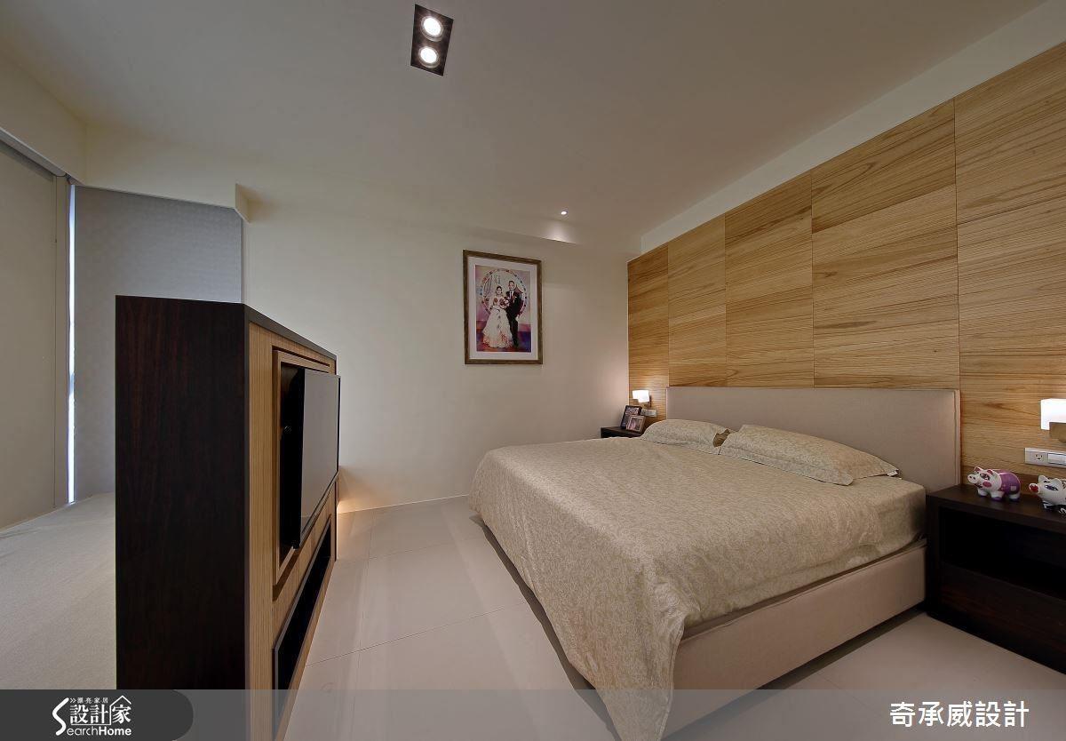 四樓孝親房,以溫潤的木頭質感鋪陳房間基本氛圍。電視牆後的臥榻,是設計師為了母親的姊妹來訪時聊天、休息的貼心安排。