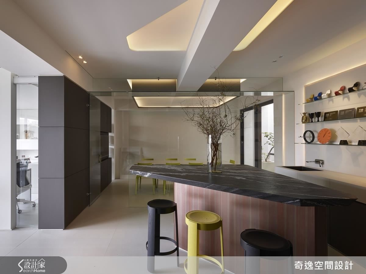 有如後現代藝術的天花樑,也有如動線引導,延展至會議室放大視覺空間。