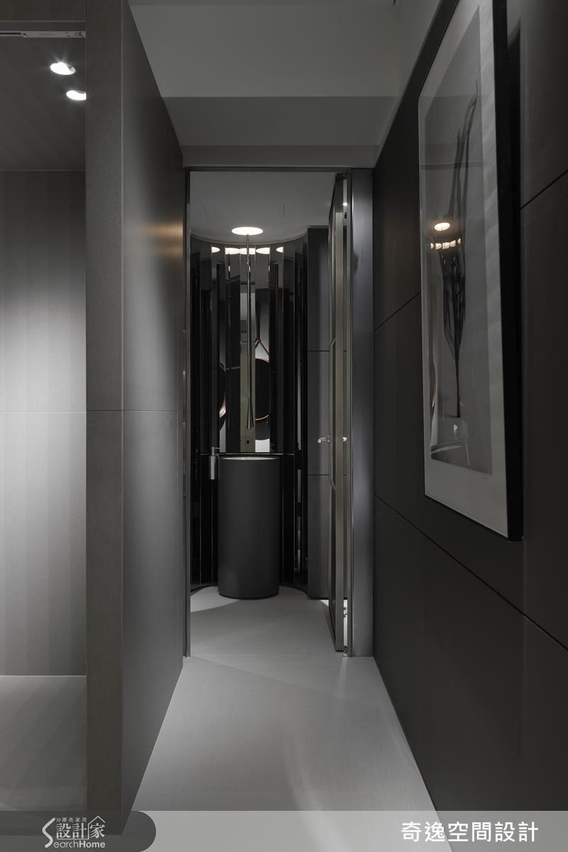 每個小地方設計師都毫不馬虎,廁所洗手檯鏡面拼貼成圓弧狀,搭配從天花降下的水龍頭,有大飯店的精緻時尚感。