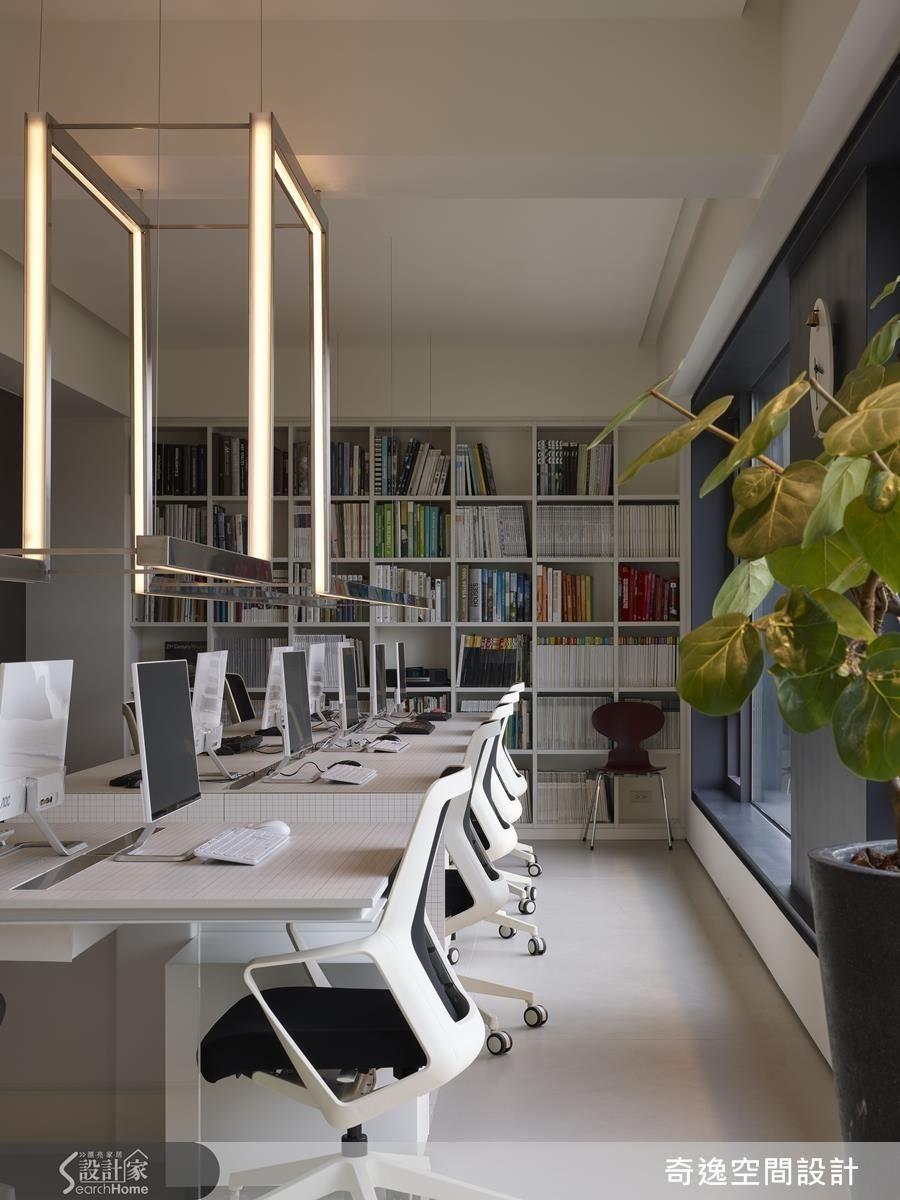 為營造輕薄的視覺,在桌子周圍看不到電腦主機,突出桌面的設計線條。