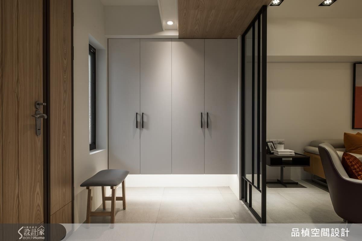 懸空鞋櫃、灰玻屏風,增加空間穿透感。好整理、不顯髒的淺灰色地磚,又有放大空間的效果,是設計師的貼心設計。