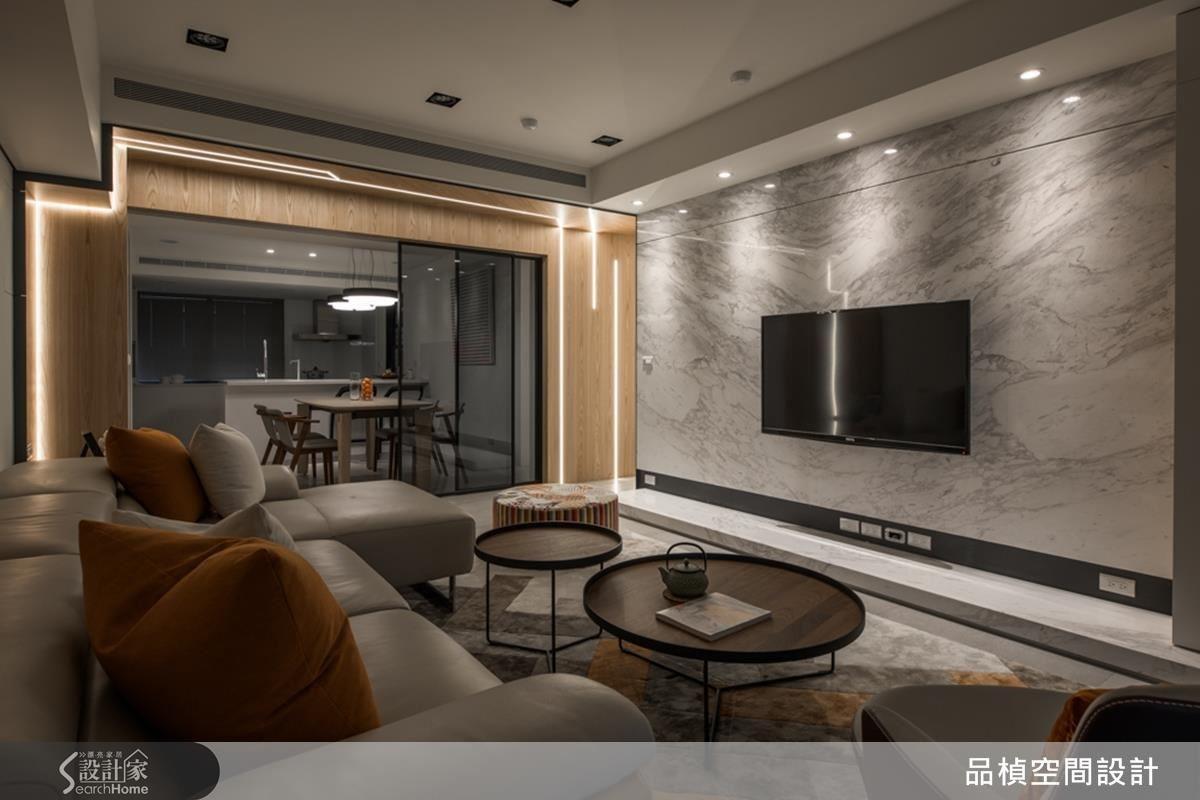 客廳將電視牆 180 度翻轉,將沙發設置於視野最好的角落,能看見家人在空間中的移動,增進互動與情感聯繫。