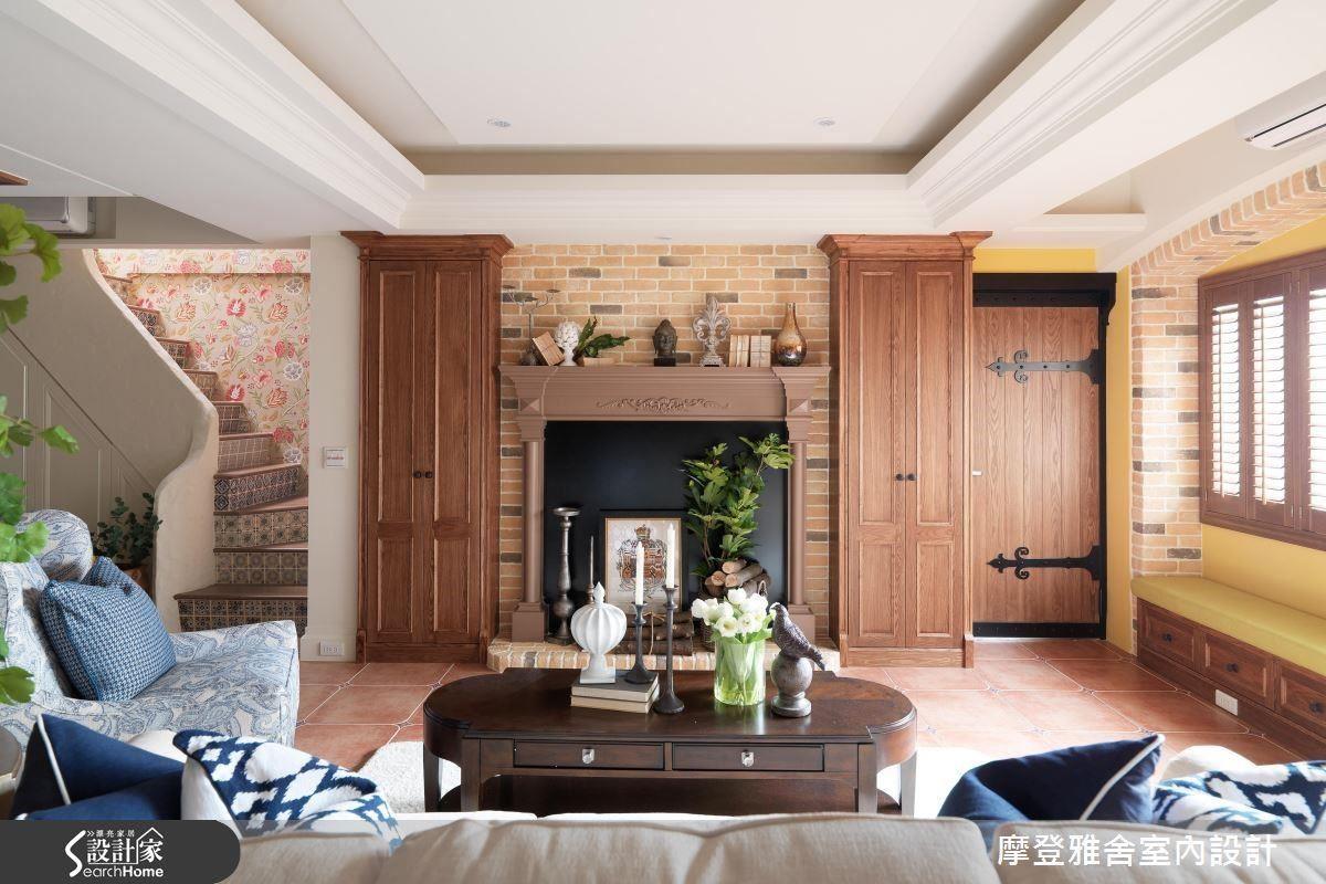 手感訂製壁爐延續對稱性鞋櫃 ,古樸質感營造南歐風情。
