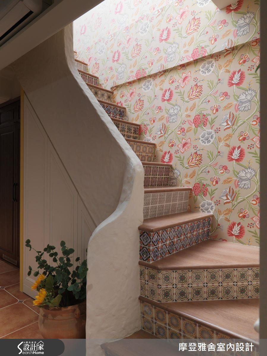樓梯,是空間的過渡地段,將每一踏階都貼上不同款式的磁磚,映襯著牆面聚焦的壁畫,讓梯間洋溢著濃郁希臘情懷。