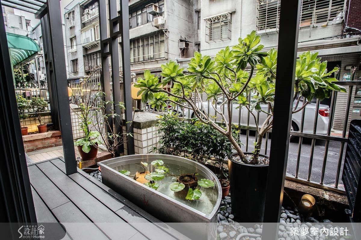 利用外庭與中庭的高低差,置入朱雀意象搭配桂樹環繞催旺吉位生財。