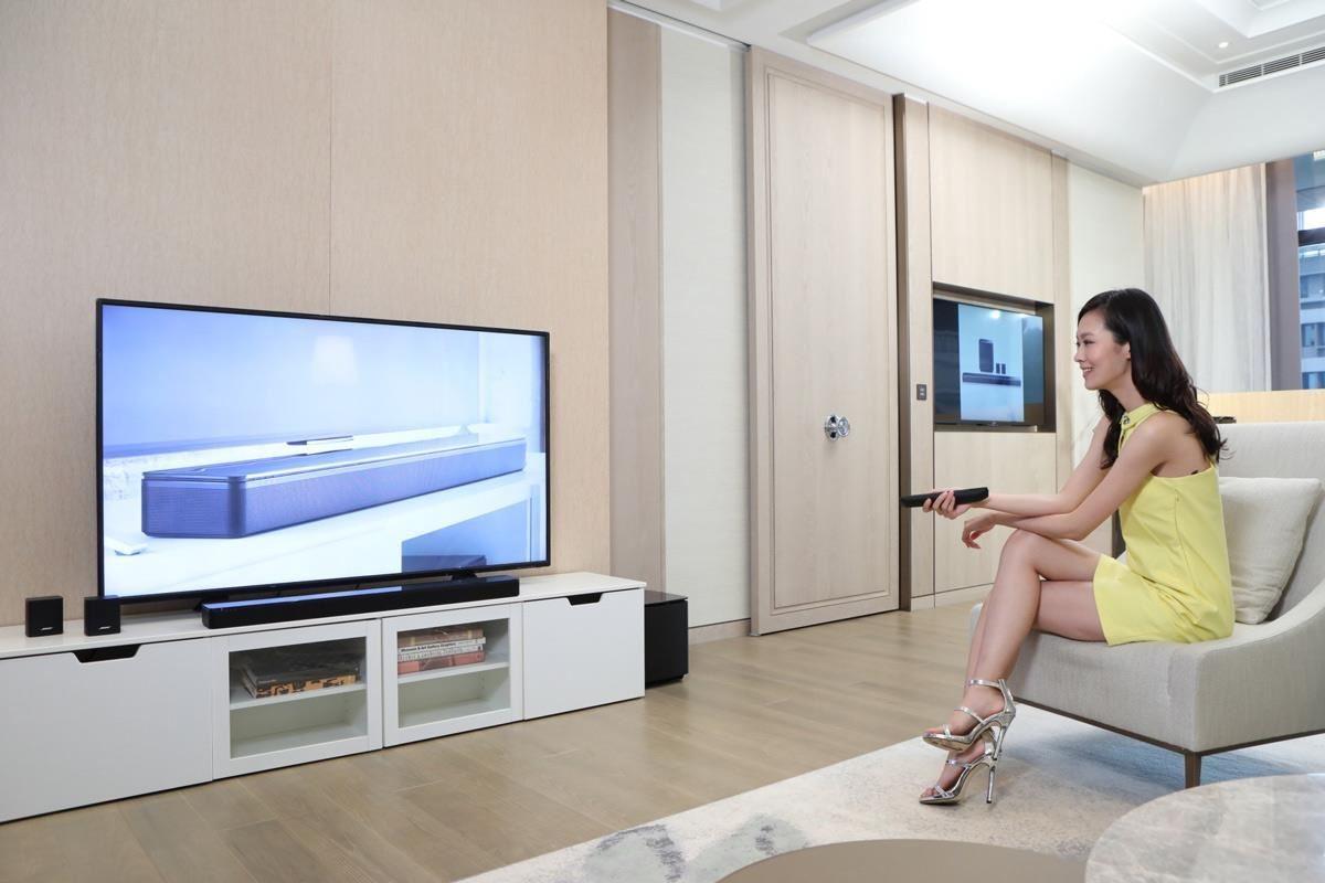 SoundTouch 300 soundbar 採用了穿孔環繞金屬格柵,上層覆蓋精緻優雅的玻璃材質,簡約纖細的設計和精美的材質進一步打破了傳統的束縛