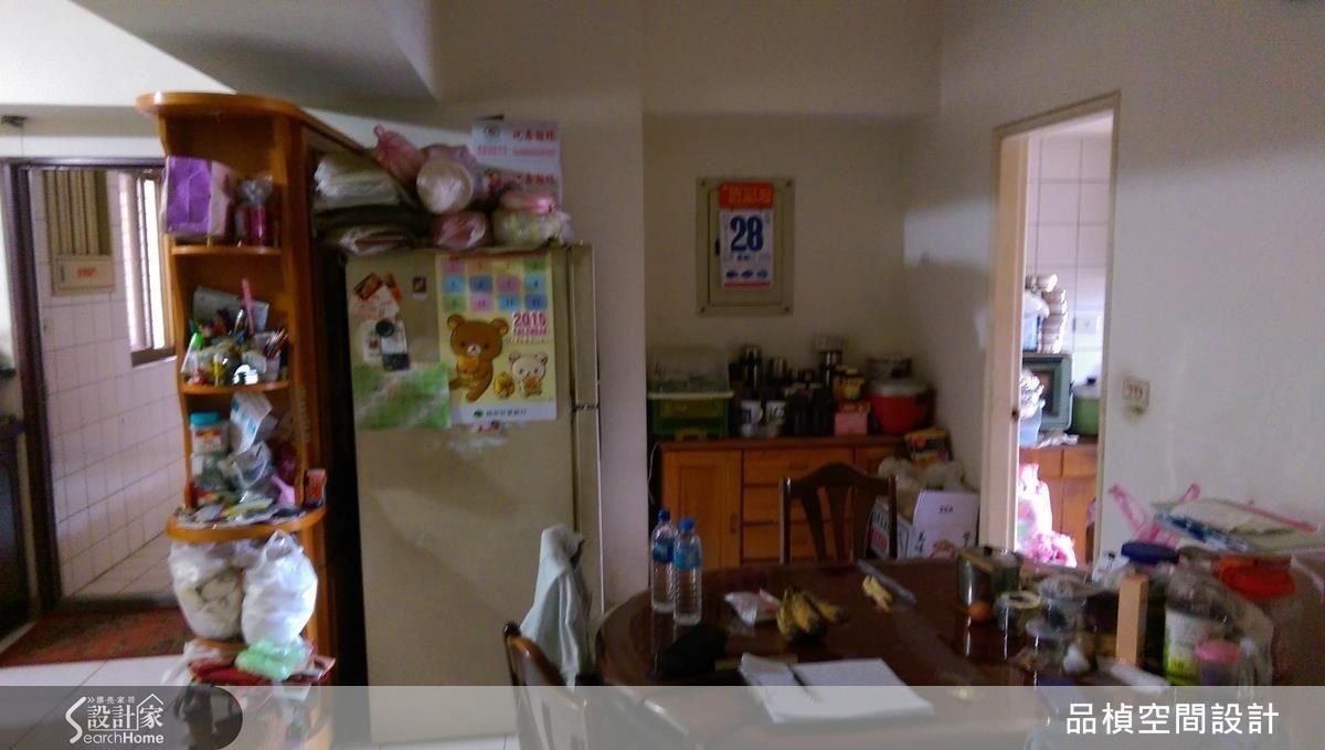 餐桌旁的樑下空間與玄關的結構柱前,各規劃乾糧與餐櫃,擴充原本收納量極度不足的中古屋。