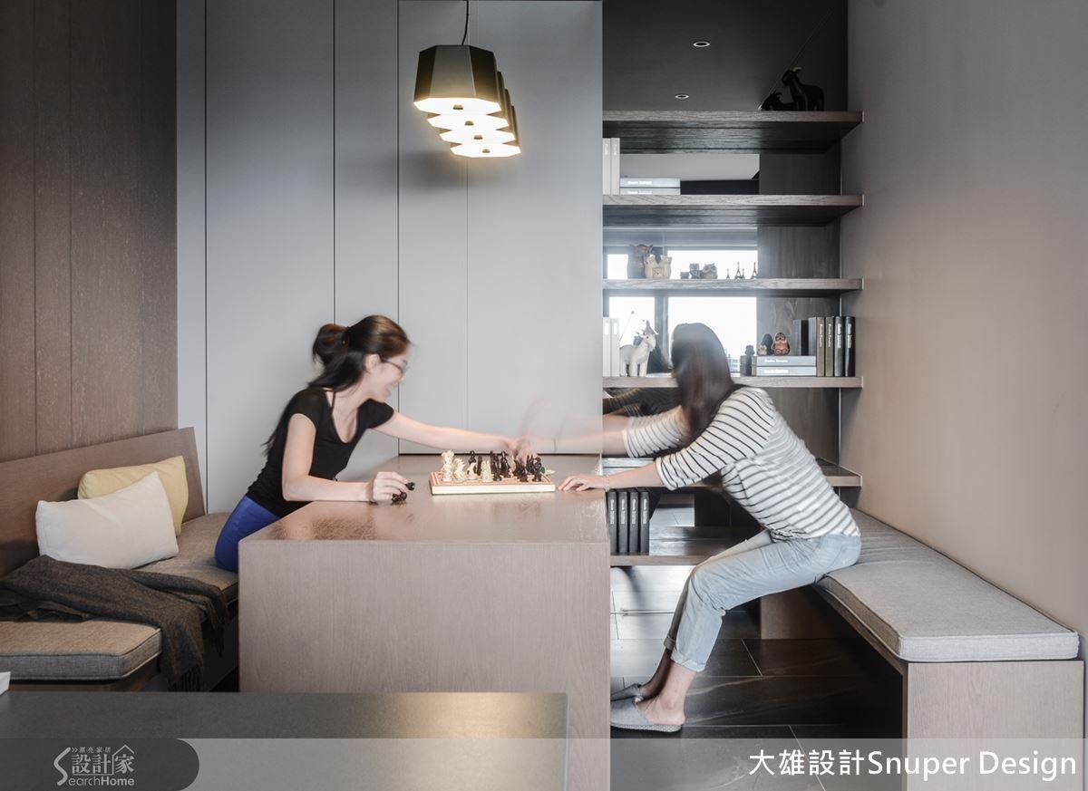 如果有親友來訪,將長椅移到書桌另一側,還能有款待客人的充裕空間。