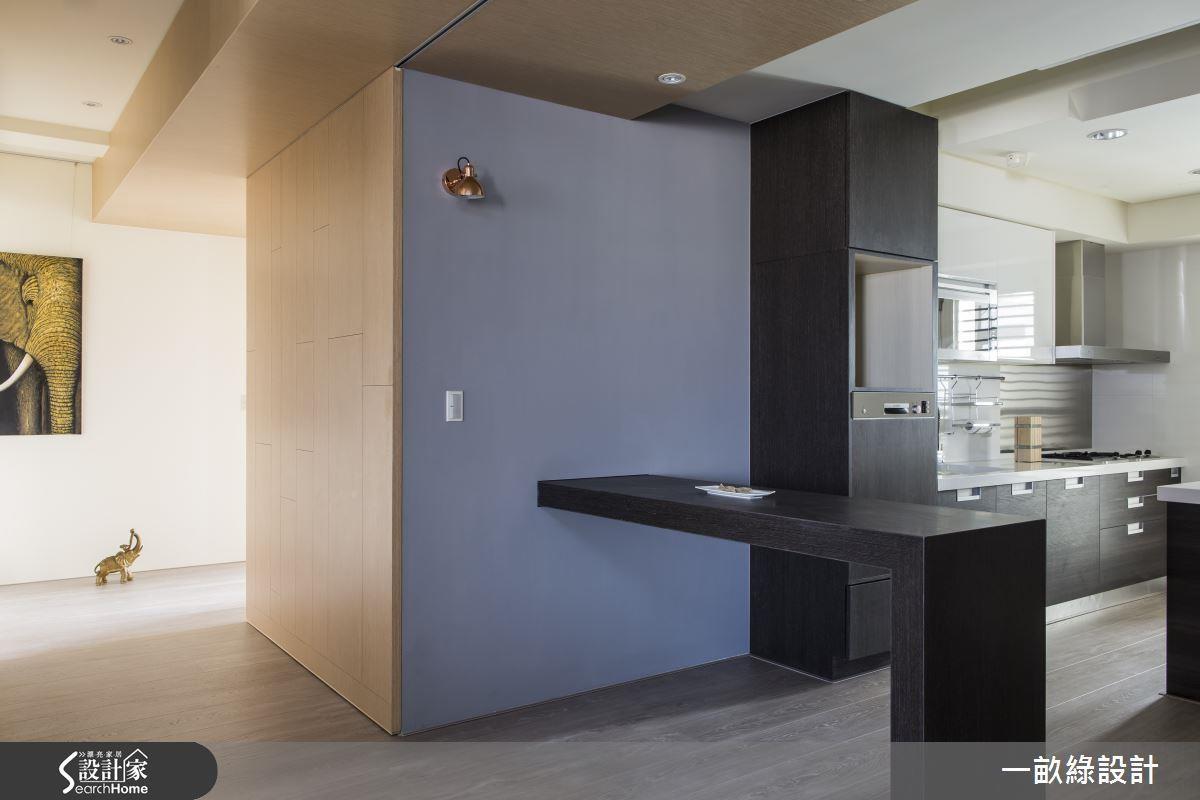 可自由伸縮的桌面,可以做為用餐的餐桌檯面,下廚時也能延伸較大的備餐空間。