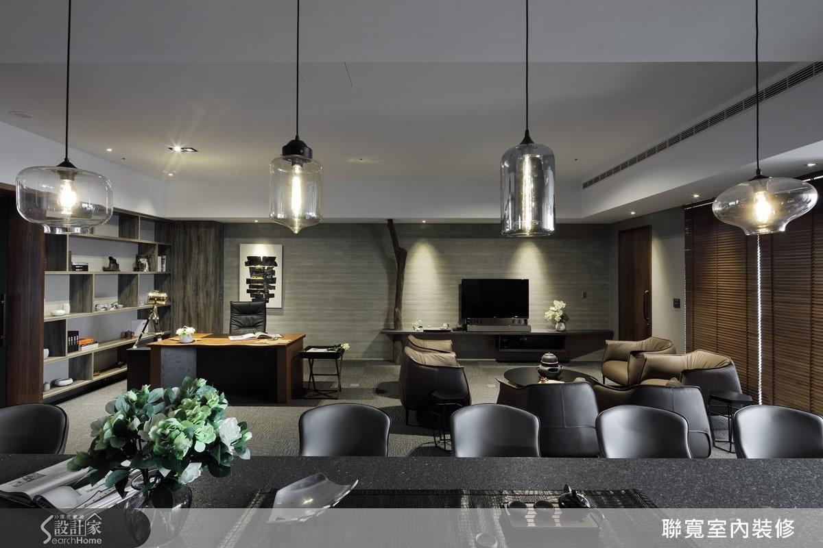 點狀燈光表現空間柔和感,帶狀光條引導收藏區的焦點。