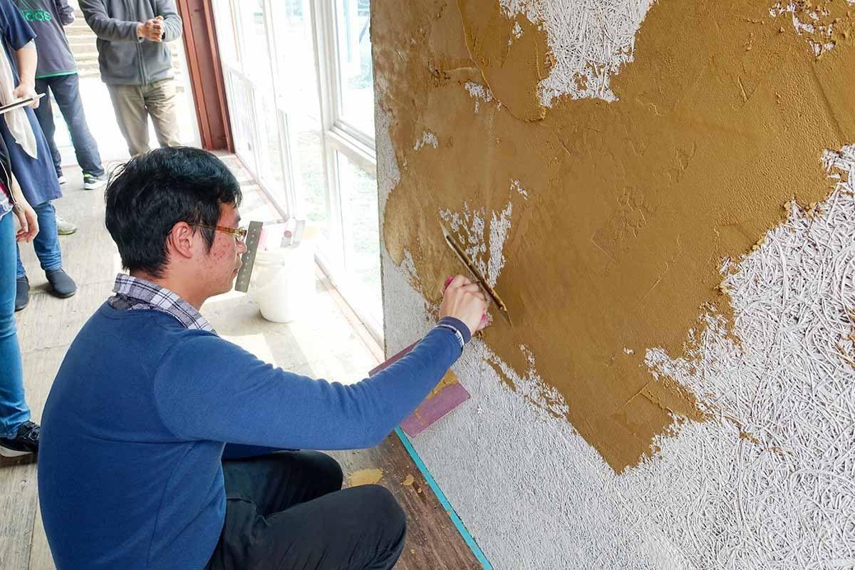 鑽泥板砌好的內牆上,另外塗上同為來自天然的泥土漆,具質樸溫潤、透氣舒適的特性。