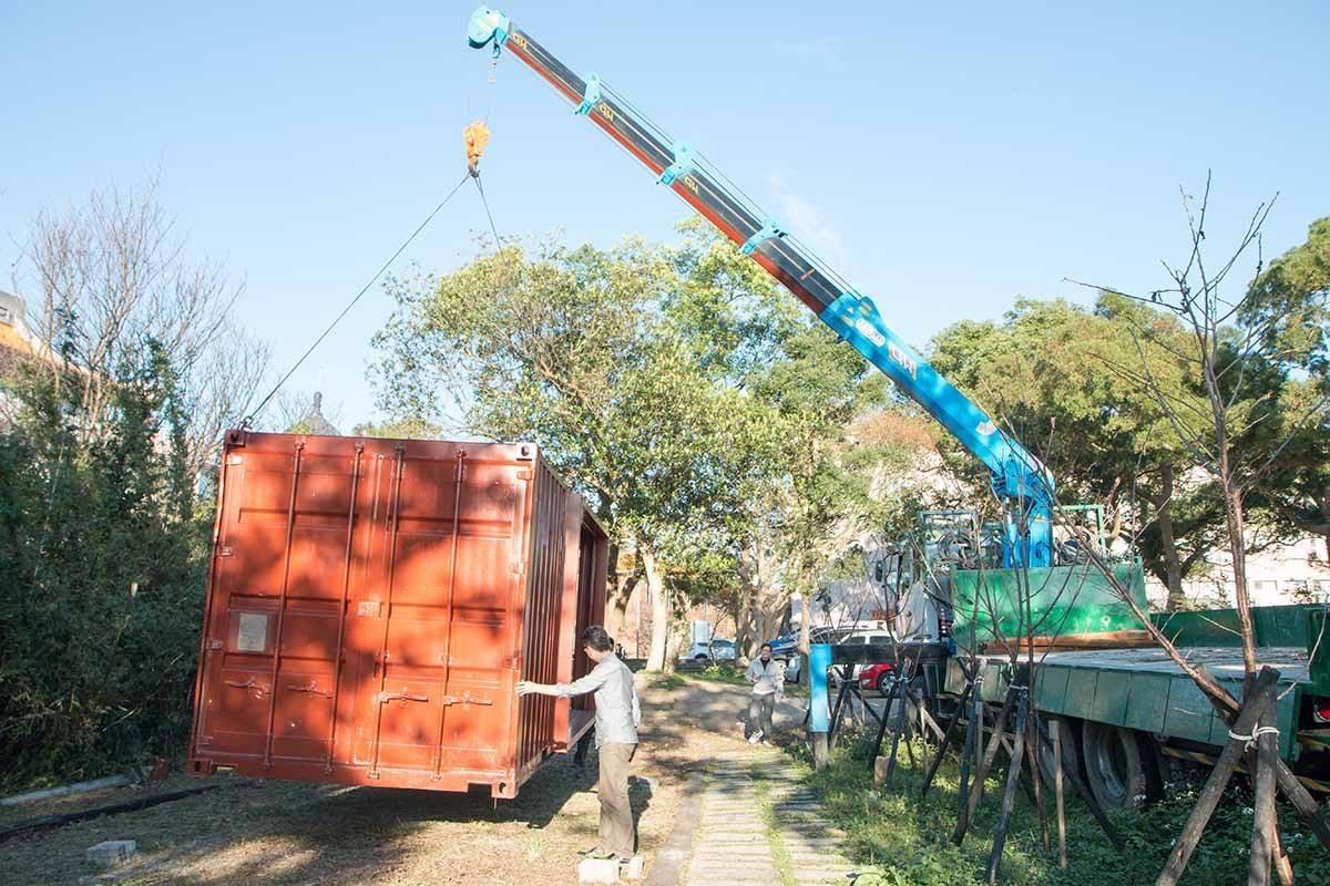 好不容易從山下運至山上,以重機具吊掛定位的實驗模組原型— 20 呎貨櫃。