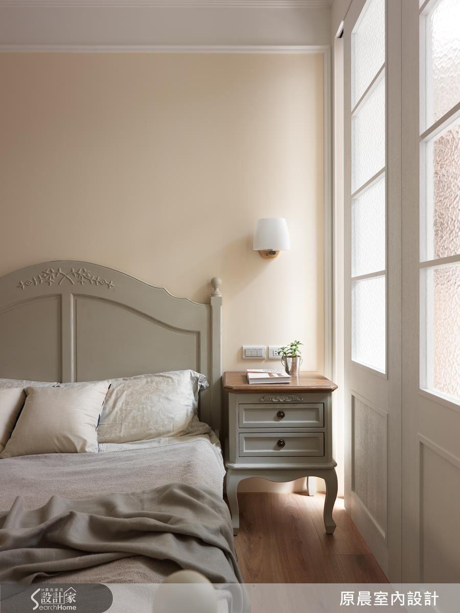 簡單線條的活動式家具,表達女性化的細膩嬌豔。