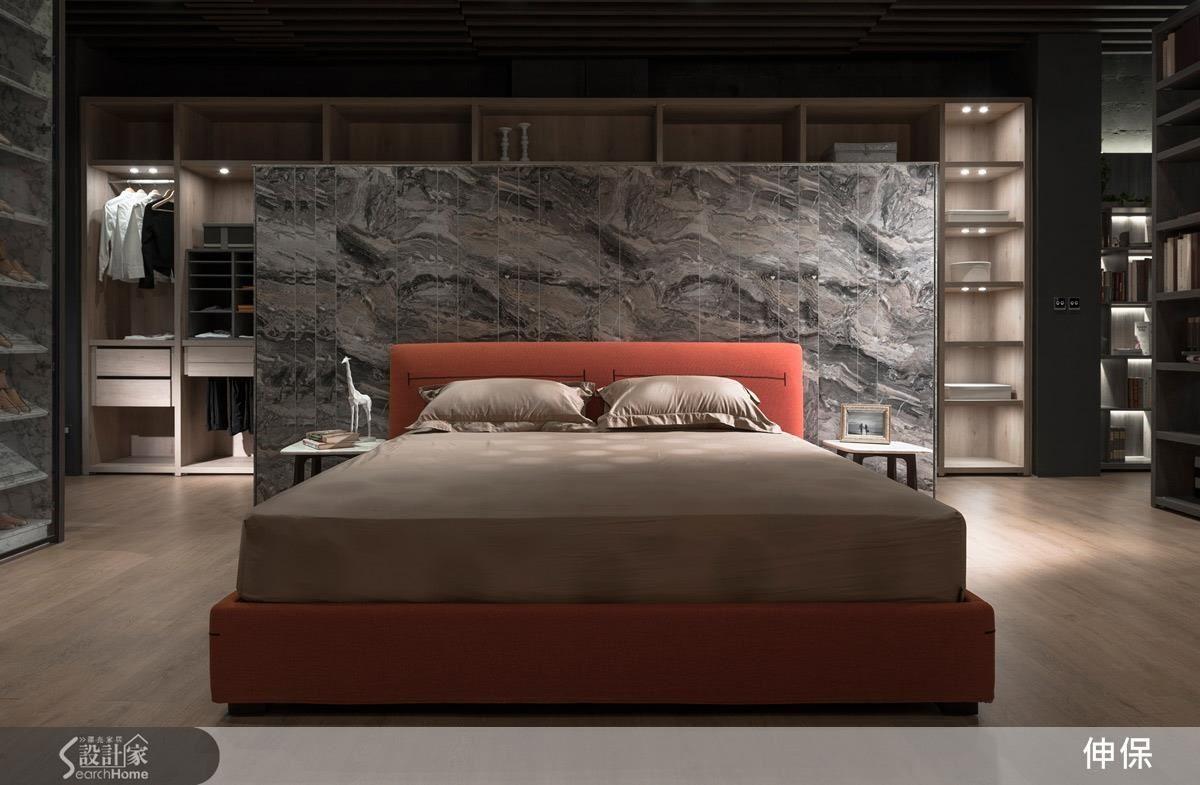 擬真的大理石牆面既是床頭櫃又是與衣帽間的隔間牆,一牆兩用,空間更能物盡其用。