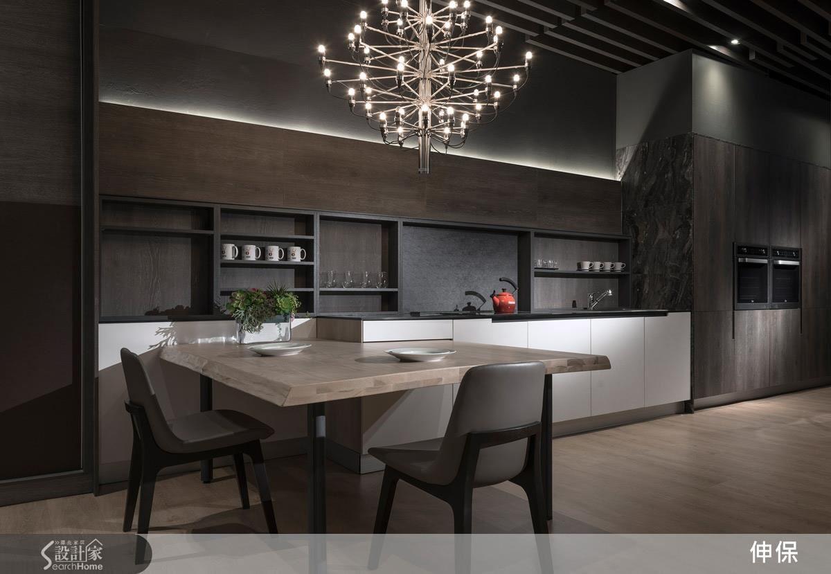 顛覆一字型廚房是小坪數房型的專利,吧檯型式與電器餐櫃結合的寬闊一字型廚房順線排開,搭配量身訂做的餐桌,成就流線感十足的開放式餐廚空間。