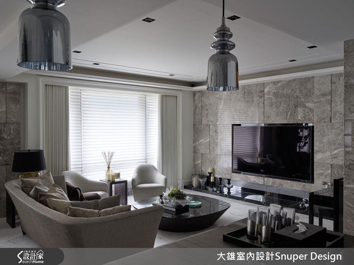 電視牆選用屬於中性色彩的灰色系作為主視覺,加上線條切割將現代語彙注入古典氛圍之中。