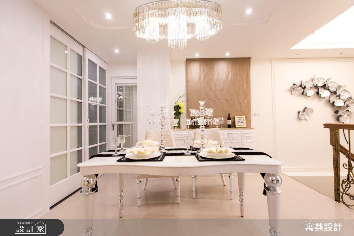 藉由垂吊式水晶燈具增加空間浪漫柔美的氛圍,也能定義空間區域性。
