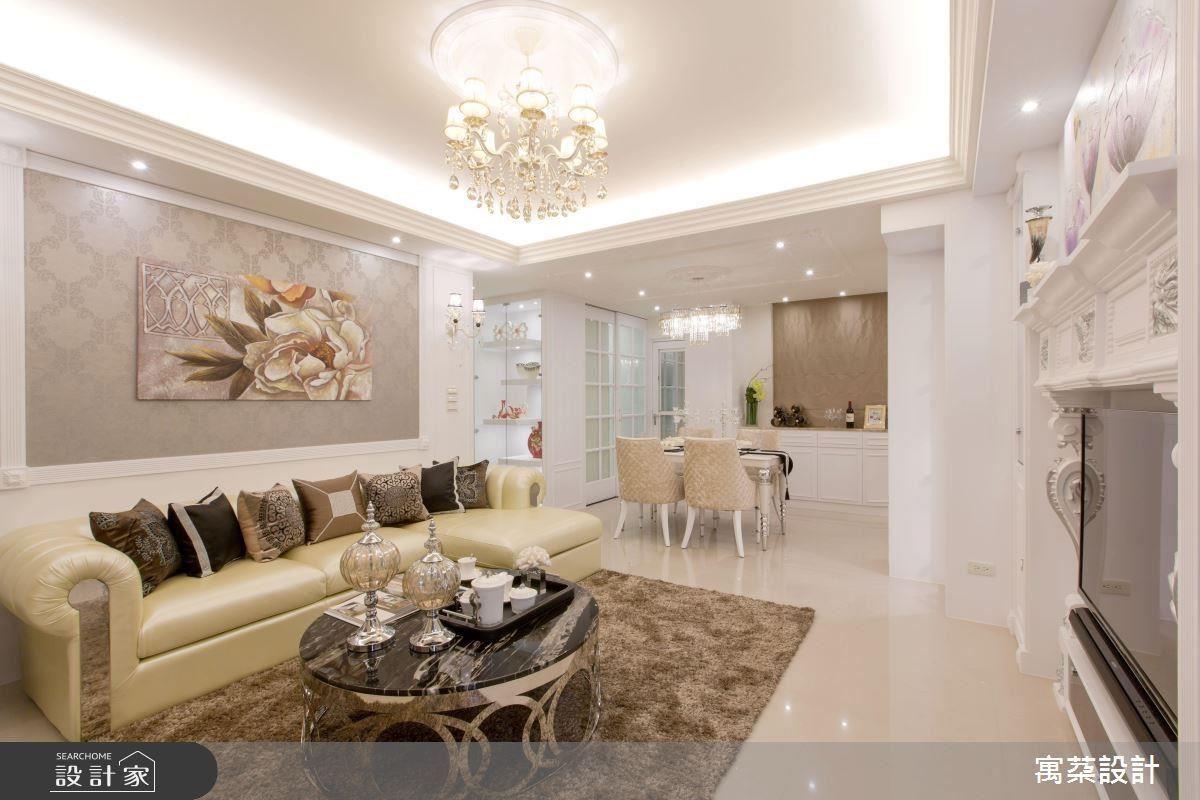 客廳與餐廳相鄰,可因應人數需求延伸聚會區域。