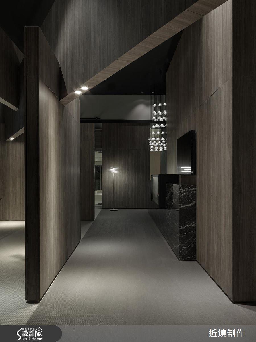 沉穩的木皮與編織地毯,低調的輔助照明,凸顯燈具的形影之美。