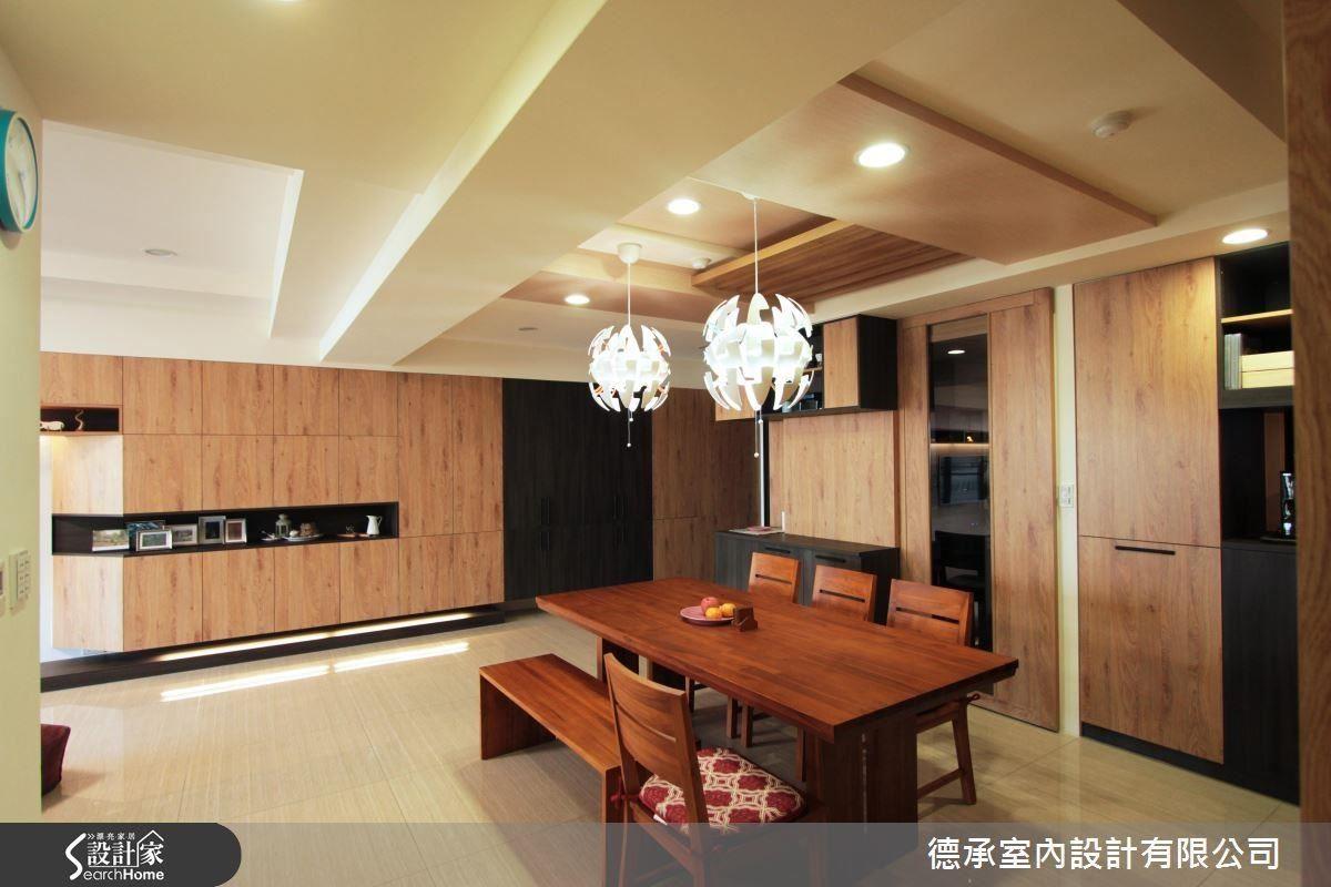 原木餐桌、木紋貼皮餐廳櫥櫃,與餐廳天花板木皮格柵一氣呵成,溫暖而潤澤,素雅的用餐空間,給屋主留下最舒心的一抹幸福。