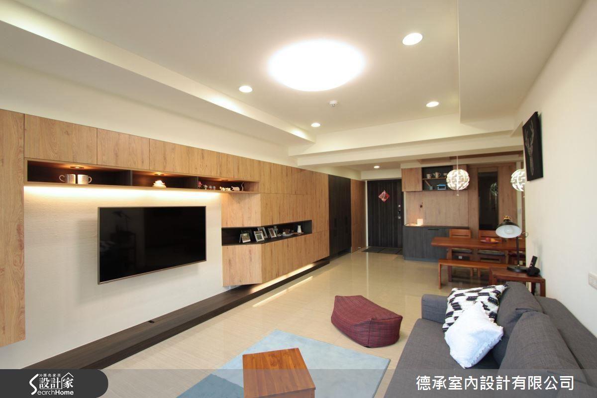壁掛電視搭配珪藻土電視主牆,延伸至玄關的系統收納櫃,沒有複雜的裝飾技巧,只有純粹而實用的方便得宜。