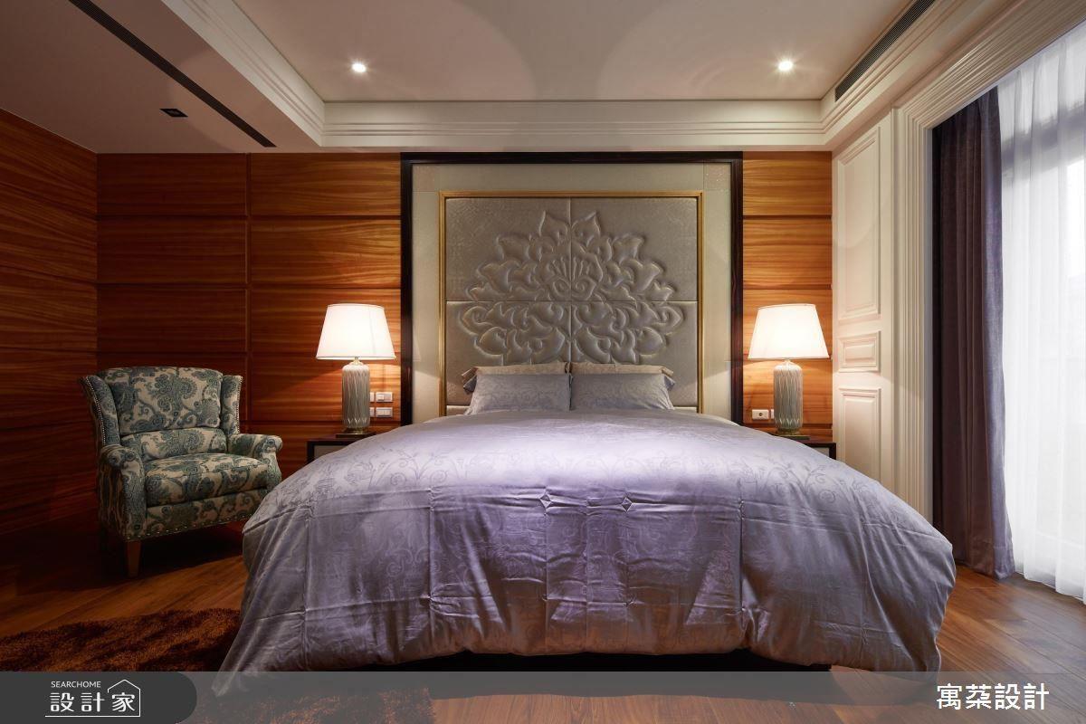 二樓:主臥的部分要做出主人公的感覺,床頭背板做了一個相當有氣勢的圖騰繃布,並做出一個框景的意象。