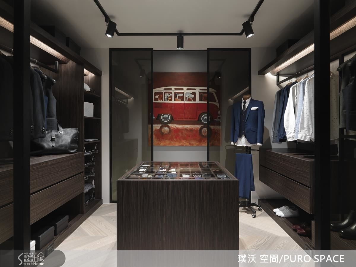 隨著腳步走到空間的中心,雙側開放的更衣空間以沉穩的茶色鋪陳,精品中島櫃在整齊歸納下,沉穩低調又不失品味,猶如置身時尚精品中心。